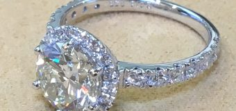 ホントにいい宝石って 質素な蛍光灯で十分なほど 魅力を見せてくれます。