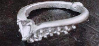 着けた指輪を見られるのっていつも真正面じゃないはず。  相手からも見られることも考えたこの配置。